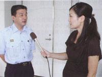 熱中症の予防法等について分かりやすく説明する鹿児島市消防局の肥後消防司令(左)と和田由樹健康リポーター