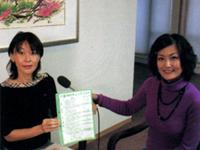基本チェックリストについて説明する鹿児島県介護保険課の塩賀真由美主査(写真左)と和田由樹健康リポーター(写真右)