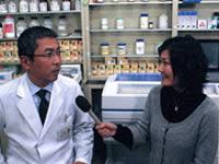 薬の飲み合わせ等について説明する薬剤師会理事の下田健一先生(写真左)と和田由樹健康リポーター(写真右)