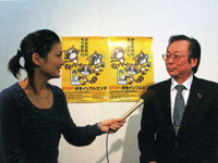 新型インフルエンザ予防の取り組みについて説明する西課長(写真右)と和田由樹健康リポーター