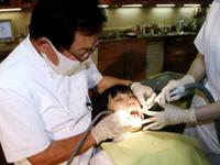 歯垢が固まった歯石は歯ブラシで除去できない。歯科医や歯科衛生士による定期的なチェックとクリーニングが大切