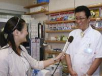 「ジェネリック医薬品に関することや分からないことは、気軽に相談してほしい」と話す西島先生(右)と和田由樹健康リポーター