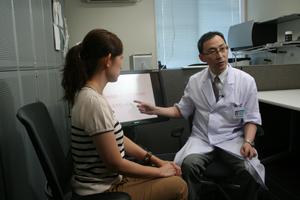 「脂質異常の原因はいくつかに分類される。主治医に相談し、正しい投薬や生活習慣の改善が大切」と話す西尾教授と藏薗千尋レポーター