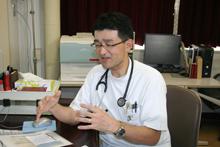 年々増えている慢性透析患者。鹿児島県では、327人に1人が透析患者にと話す野﨑先生。