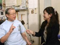 「インフルエンザの最大の予防法は休養、栄養、睡眠をしっかりとること」と話す村上先生(左)と藏薗千尋レポーター