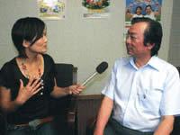 鹿児島県における健康に関する取り組みについて説明する鹿児島県保健福祉部健康増進課の西宣行課長(写真右)と和田由樹健康リポーター