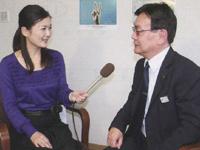 「喫煙は周りの健康も害することを理解してほしい」と話す下高原課長(右)と和田由樹健康リポーター