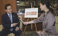 「定期的な健診も歯周病予防のポイント」と話す森原会長(左)と和田由樹健康リポーター
