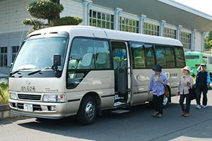 送迎を行う町のマイクロバス